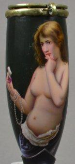 Weiblicher Nackedeie, eine Blume betrachtend, Porzellanmalerei, Pfeifenkopf, D1518