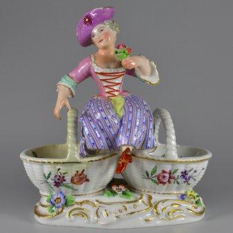 Gewürzschale, sitzendes Rokoko-Mädchen auf gedoppeltem Henkelkorb, Thüringen, D2155