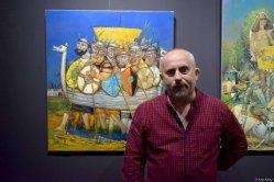 Evgeny Titov vor den Bildern seiner Ausstellung 2019 in Magdeburg, Foto: Galerie fabra-ars