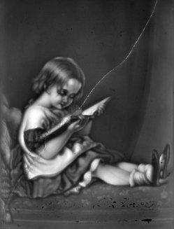HPM 460 - Lesendes Mädchen, gebogendes Kind sw ohn Rahmen